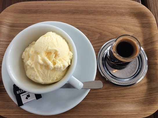 喫茶スロースのアフォガード(アイスクリームのエスプレッソがけ)を一緒に食べました