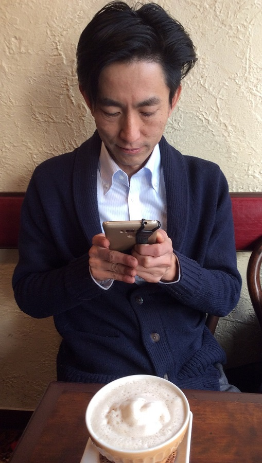 西荻窪の老舗喫茶店「それいゆ」にて。名物のカフェオレを記念撮影中