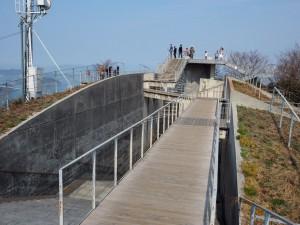 若い頃の隈研吾さんが設計したという「亀老山展望台」。機能的でかつ美しい建物でした。