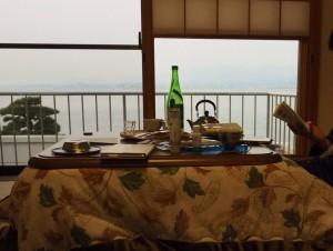 「千年松」の部屋にて。コタツが嬉しい! 朝からちょっと飲みました