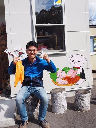 お土産は佐久穂町が誇る「きたやつハム」にて購入。直売所近くの牧場では柵越しに出荷前の豚と交流しました。おいしく食べるからね…。