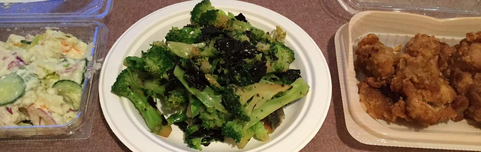 食べ物は持ち寄りです。僕は、得意料理の「ブロッコリーの海苔和え」と、大好きなスーパー・サンヨネの惣菜2品を持参しました。