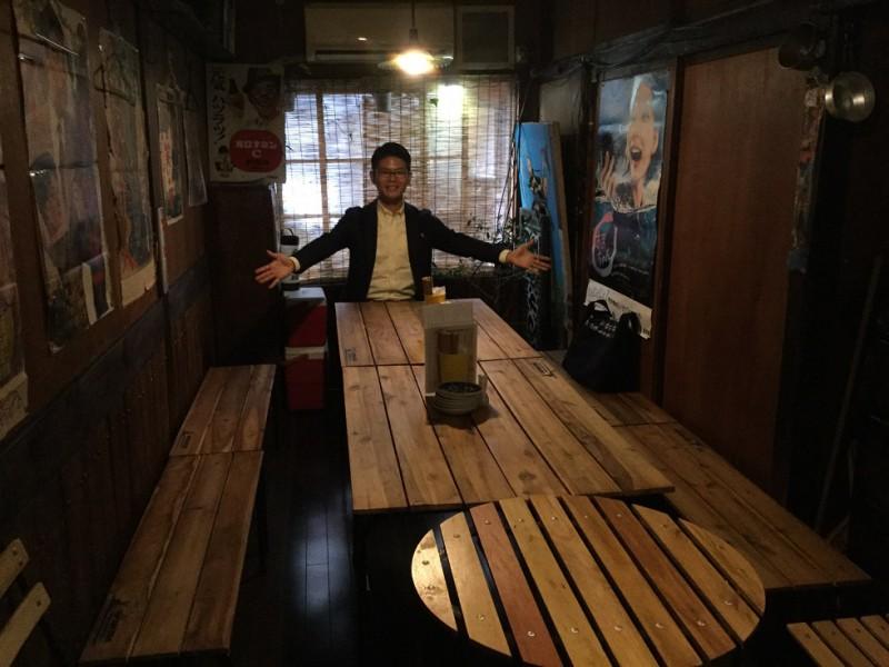2階の個室はこんな感じ。さあ、みんな座って一緒に飲みましょう!
