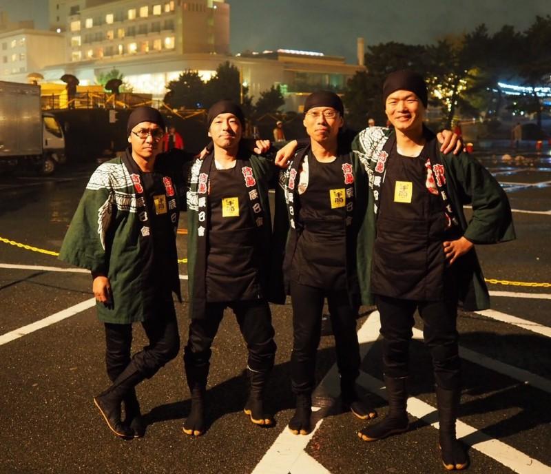 竹島辰巳会24人のうち、19人が手筒花火を揚げました。僕と同じ組で揚げた3人の仲間と一緒に記念撮影。がんばろう!