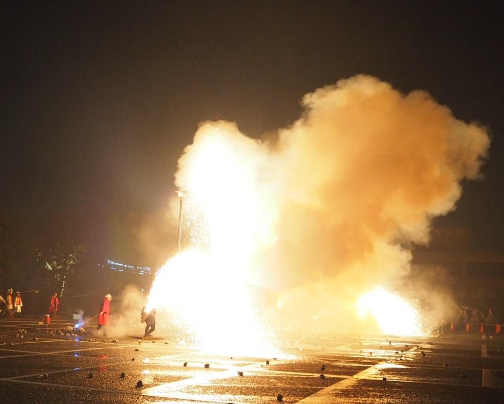 ありえないほど火が出ている筒を素手で持ち、ゆっくりと持ち上げます。怖さマックス!