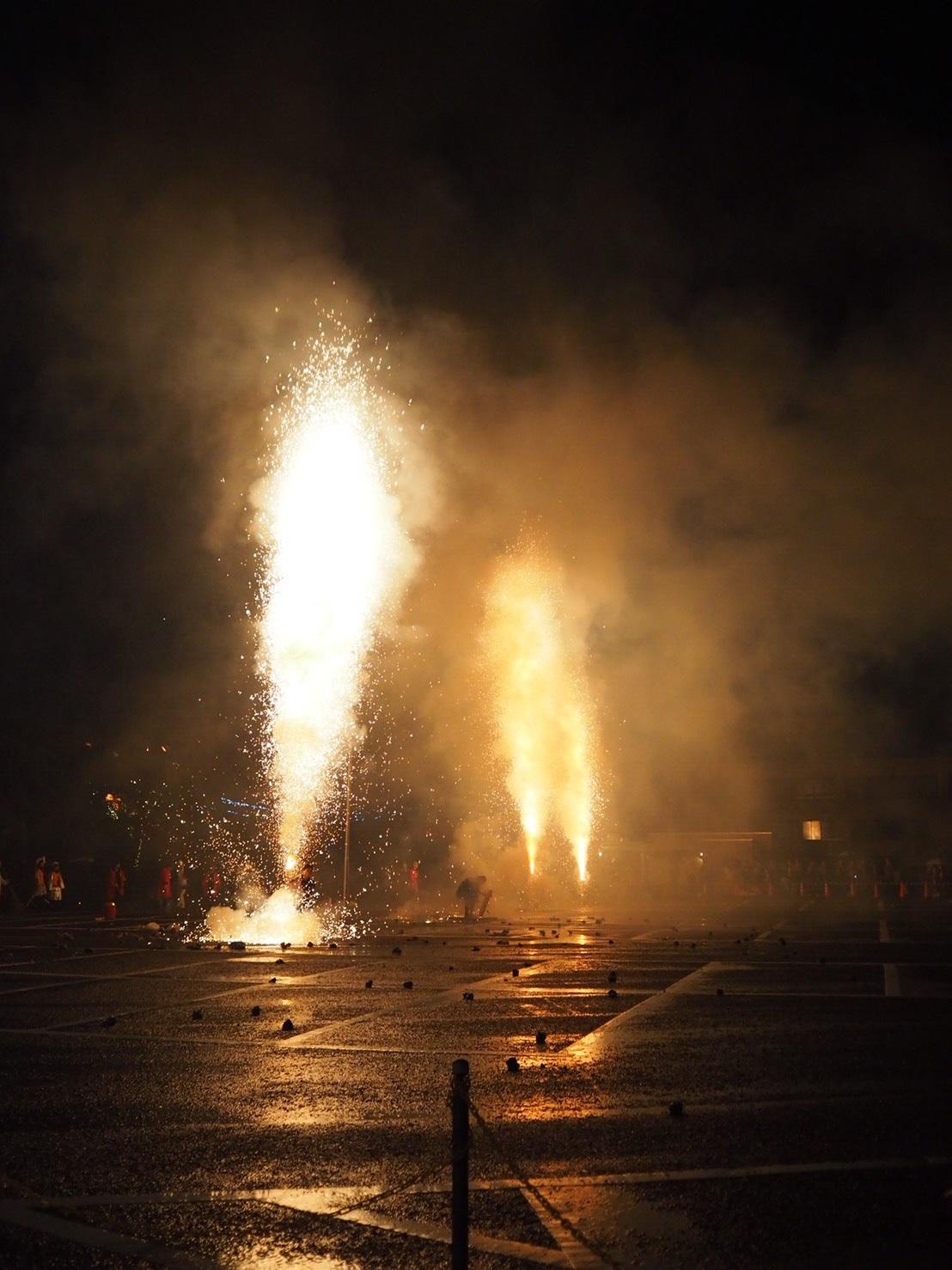 最後は、筒の中にあるハネ粉という火薬に火がつき、爆音とともに大きく爆ぜて終了。おかーさーん!