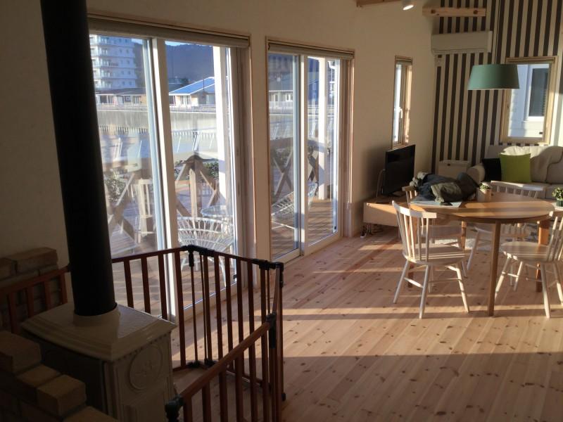 10棟以上ある住宅の1つを見せてもらいました。窓の外は海。宿泊しながら宴会したら楽しそう!