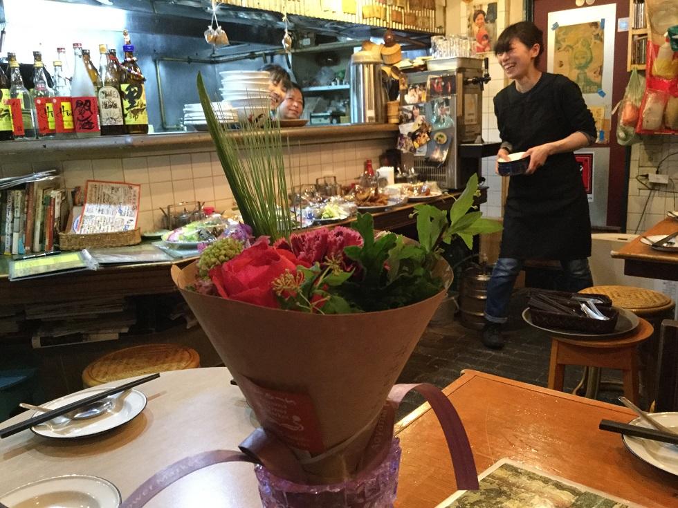 美味しい料理を作ってくれた梅さん&レノー。気持ち良くお運びをしてくえたマリコさん。昼の部でがんばってくれたムックもありがとね。手前の花束はお客のIさんがプレゼントしてくれました。