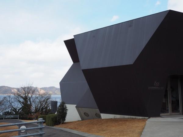 海が見える高台に建つ、伊東豊雄建築ミュージアム。地方における建築は借景を生かすことが大事だと感じました