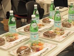 西尾市吉良町の人気カフェ「KINO」が夕食をケータリングしてくれました。休憩時間には手づくりババロアと熱いコーヒー。これだけでも2500円の価値があったのではないでしょうか。蒲郡愛が高まり過ぎて、お得なトークイベントをやっちゃったな…。