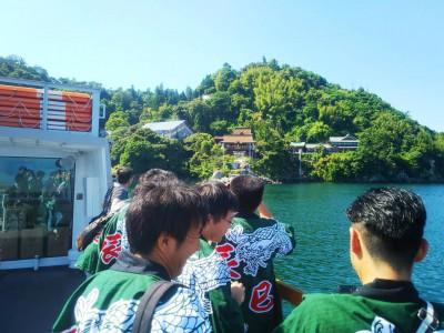 辰年および巳年の早生まれが集う僕たちは「竹島辰巳会」。揃いの法被を着て、竹生島に上陸!