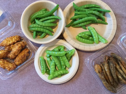 長野県佐久穂町のGoldenGreenより届いたスナップエンドウと絹さやを茹でて持って行きました。調味料不要の美味しさ!