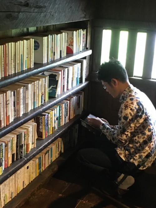 2階では新古書を売っています。店主がブックオフでセレクトして来たそうです。4冊、買わせてもらいました。