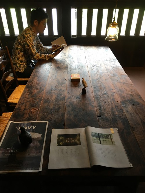 2階の読書机。自然光で読書するって気持ちいい……。