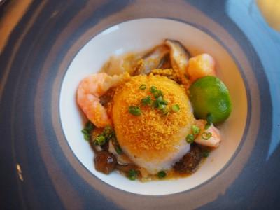 今回、最も気に入った料理。キノコのコンソメ煮浸しとエビ、温泉卵。カラスミの塩味でいただきました。