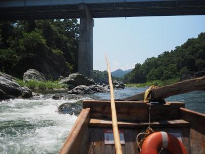 船尾はこんな感じ。川の水量が多いときはバケツ1杯ぐらいの水をかぶるそうです。