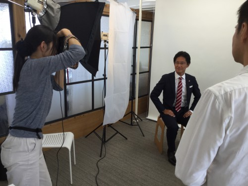 Wさんの撮影風景。話しかけながらベストショットを狙う馬場さんを、編集担当の渋谷さんが絶妙にフォローしています。