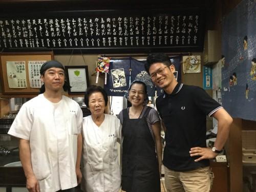 無事に終了後、安藤さん、お母さん、奥さんと記念撮影。撮ってくれたのは奥ゆかしい妹さんです