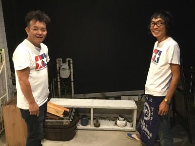 店主の藤城さん(左)とボランティアスタッフの小野さん。おそろいのTシャツに気合を感じました!