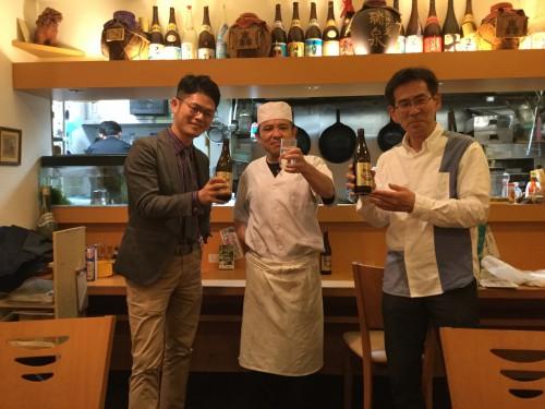 終了後、おいしい料理をたくさん作ってくれた大将と乾杯。右は大阪在住の従兄です。