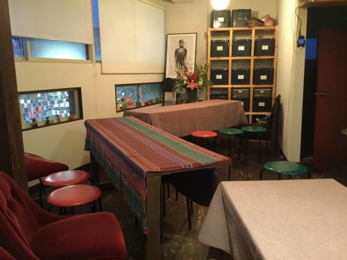 愛知の会場では長テーブルを3つ用意してもらい、6名ずつ座っています。これぐらいの人数のほうが話しやすいですからね。席替えもします。