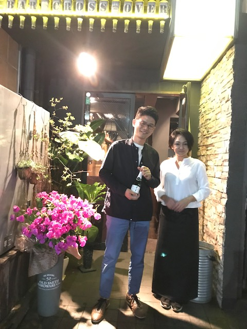 帰りがけに、店主のタラさんと記念写真。「私も恋バナに参加したかった!」とタラさんは大笑い。次回はぜひ!