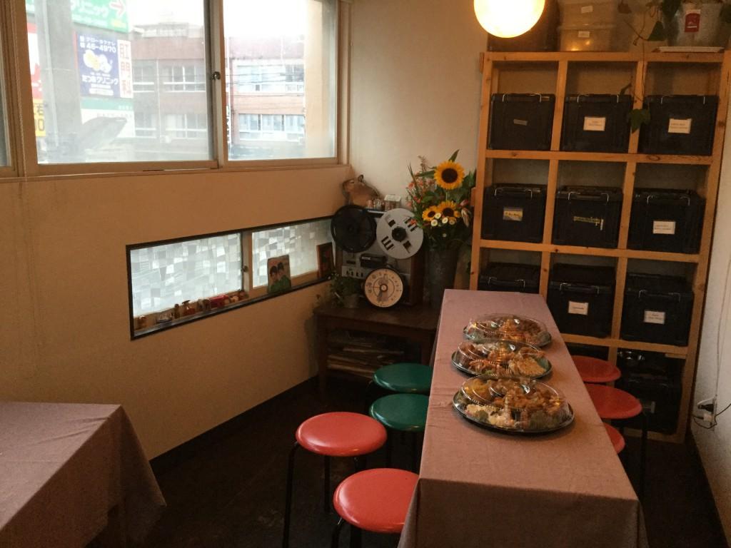 会場の一角。料理(惣菜)は良心的な食品スーパー「サンヨネ」に依頼しました