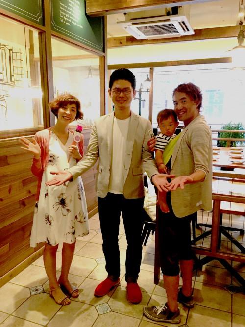 主催してくれた吉田夫妻と恒例の「すしざんまい」ポーズで記念写真