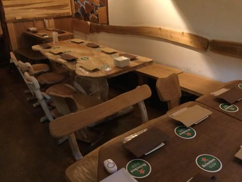 流木作家によるテーブルと椅子は温かみがあって居心地良し!