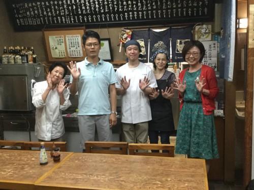 写真が苦手な(安藤さんの)妹さんによる記念撮影。左から、キュートなお母さん、僕、安藤さん、奥さん、チマーマ荒木さんです。大成功でしたね!