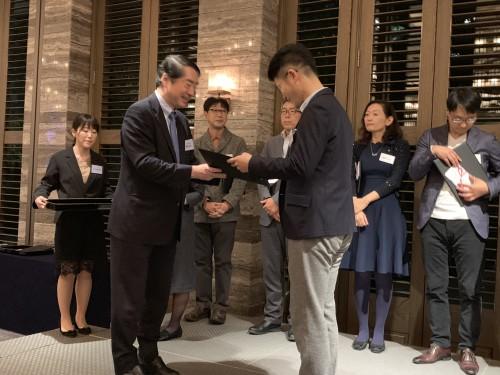 東洋経済新報社の駒橋社長から賞状を授与。「嬉しいです!」と言っちゃいました