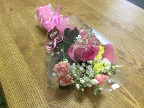 1次会のお宅には小さな女の子が2人もいるので、そのイメージの花束を持参しました