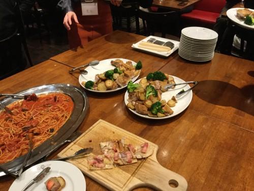 両角さんの提案で料理はビュッフェ方式で出しました。食べる量を自分で調整できるし、自然と席替えができます。これ、いいね!