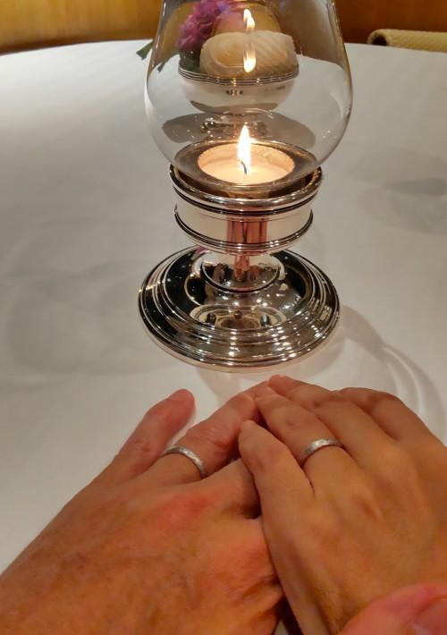 日中に婚姻届を提出し、その夜レストランにて指輪を交換したそうです。
