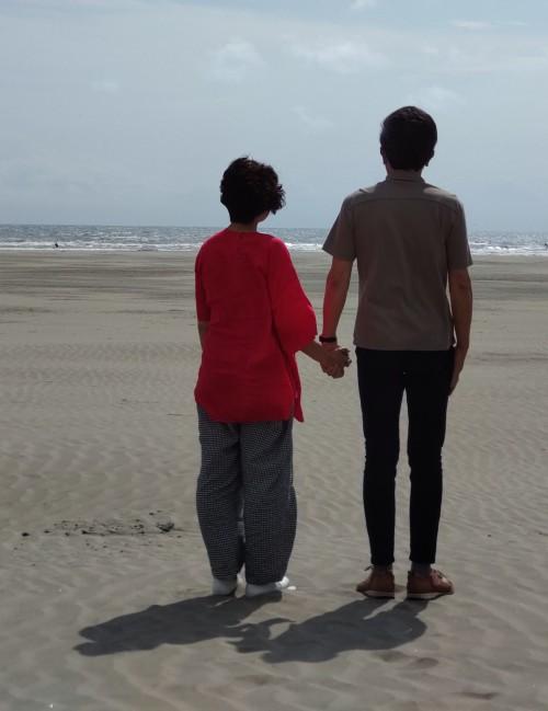 九十九里の海岸で自撮りしました。「受けオネットのプロフィール記事のときはひとりでしたが、今日はふたりです」(香川さん)